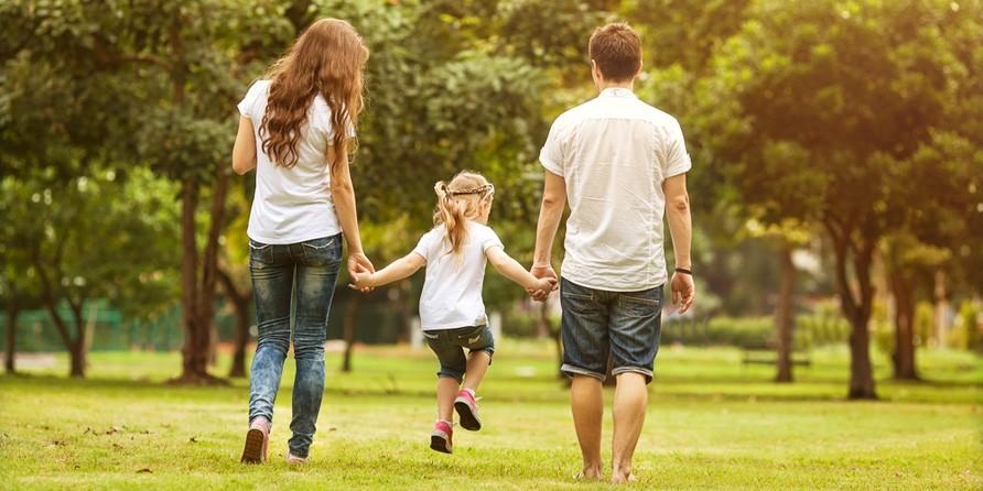 משפחה בדשא